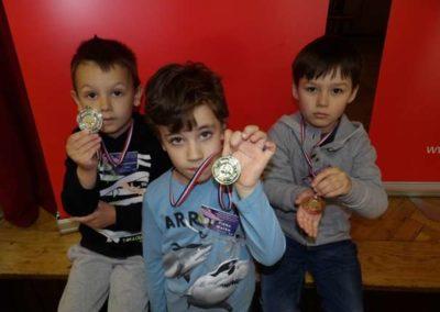 Najmlađi pobjednici u kategoriji dječaka do 7 godina (s lijeva na desno) :        Leo Lovrković (2.), Marko Fičko (1.) i Jan Kai Premec (3.)